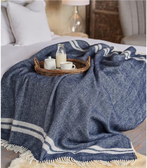 Decke mit Fischgrätenstreifen aus reiner Wolle