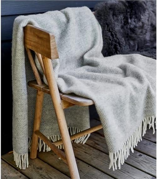 Decke mit Fischgrätenmuster aus reiner Wolle