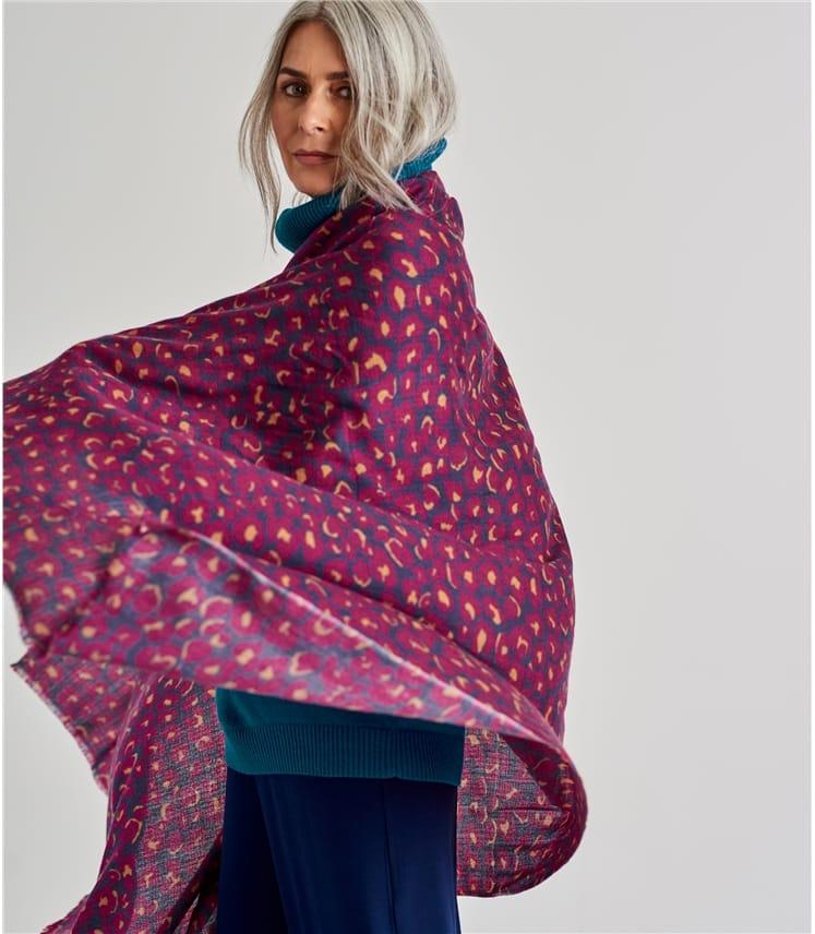 Женский шарф с анималистичным принтом