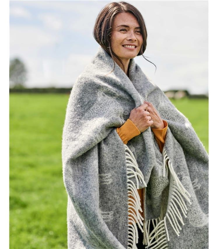 Große Decke aus Lammwolle im Schafdesign